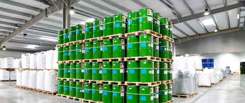 Produits chimiques industriels : l'importance de la rapidité de livraison et la disponibilité des produits dans le choix d'un fournisseur